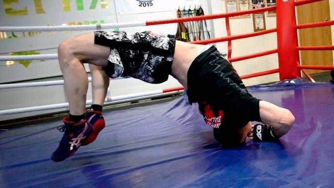 Упражнения на развитие мышц шеи с собственным весом для борцов