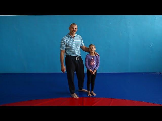 Самбо для начинающих. Элементы акробатики в разминке, как правильно делать кувырки и страховаться пр