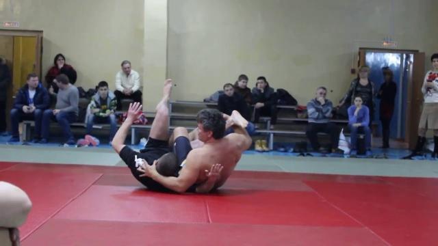 Олег Тактаров показывает свои коронки