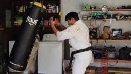 Упражнения карате на большом мешке